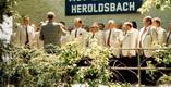 Die Eintracht beim Platzsingen am 19.05.1996
