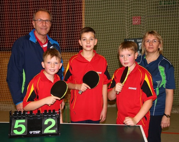 Im Foto v. links: Alexander Katz; Fynn Burger; Moritz Hoyler; hinten: Peter Prade Jugendleiter; Manuela Katz Jugendleiterin